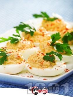 Коктейлни хапки - пълнени яйца с риба тон - снимка на рецептата